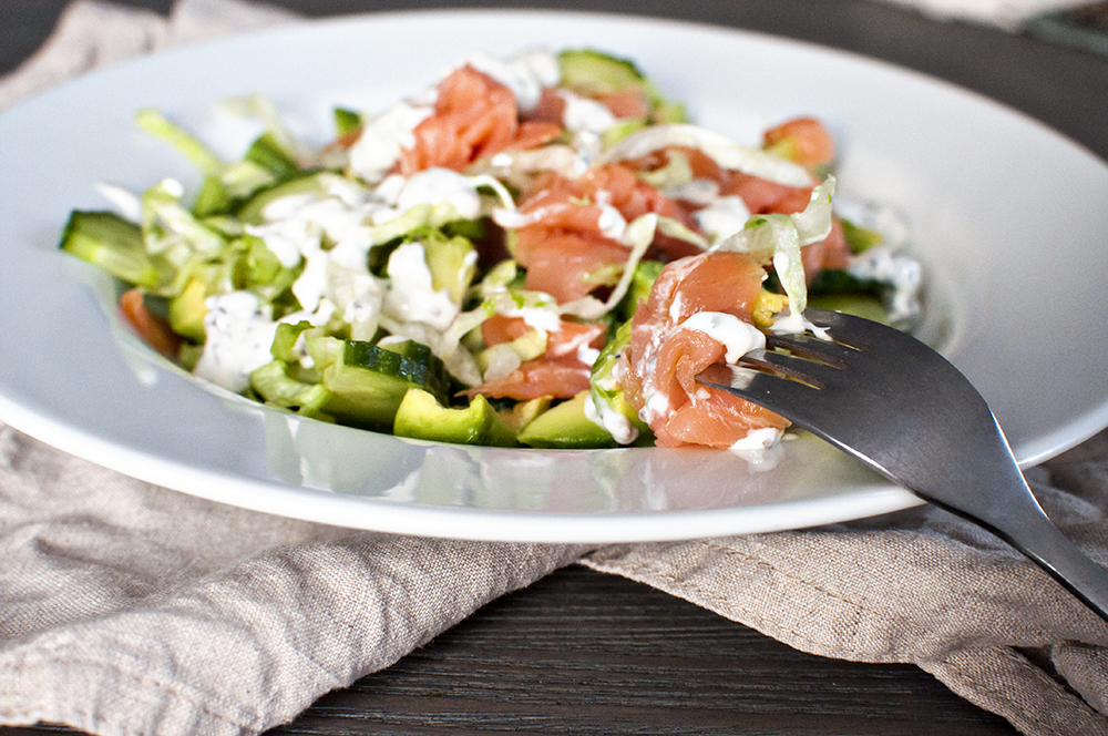 Green smoked salmon salad with Lemon-Chia dressing - CrumblesAndKale