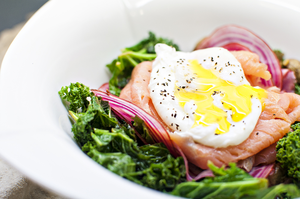 smoked salmon salad with poached egg