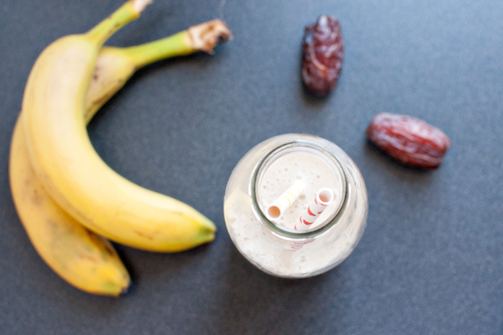 Almond-date chia smoothie